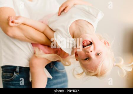 Ritratto di felice bambina gioca con la sua madre Foto Stock