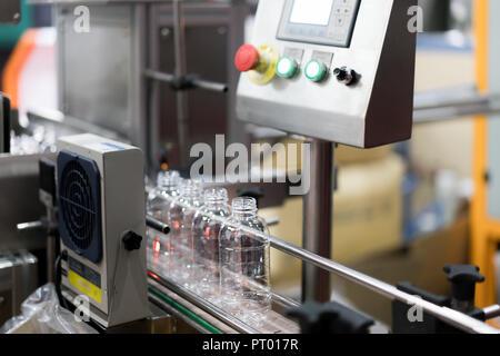Bottiglie trasparenti trasferimento sul Sistema di trasporto a nastro. Industriali e di fabbrica con la tecnologia della macchina concept.