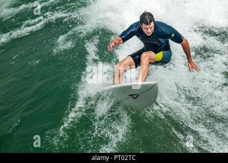 Surfer carving off il labbro di una onda a Manhattan Beach in California. (USA)
