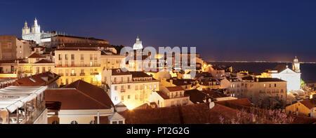 Vista dal Miradouro de Santa Luzia vista sul quartiere di Alfama con Sao Vicente de Fora il monastero e il Pantheon Nazionale, Lisbona, Portogallo Foto Stock