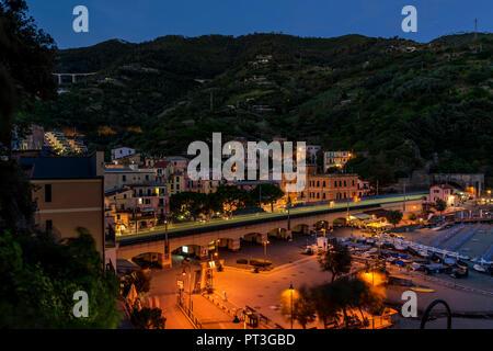 Il bel paese delle Cinque Terre, Monterosso al mare nel blu ora, La Spezia, Liguria, Italia Foto Stock