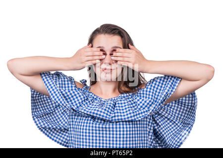 Donna che copre la sua gli occhi con le mani, close-up, isolato su sfondo bianco Foto Stock