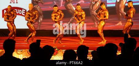 Kathmandu, Nepal. 06 ott 2018. Nepalesi per i concorrenti di partecipare nel round finale del XV Dharmashree bodybuilding nazionale campionato. Più di un centinaio di uomini in tutto il paese di partecipare nel corpo la costruzione di campionato. Credito: Archana Shrestha che Pacifico/press/Alamy Live News Foto Stock