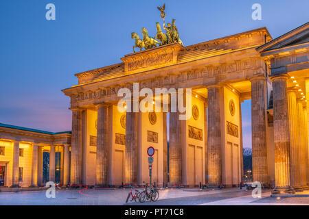 La Porta di Brandeburgo è un edificio del XVIII secolo in stile neoclassico monumento storico situato a ovest di Pariser Platz nella parte occidentale di Berlino. Foto Stock