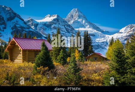 Il Monte Assiniboine, conosciuto anche come Monte Assiniboine, è un picco piramidale montagna situato sul Great Divide, sul British Columbia/Alberta borde Foto Stock