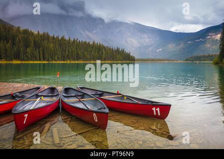 Il lago di smeraldo nel Parco Nazionale di Yoho, British Columbia, Canada. Parco Nazionale di Yoho è situato nelle Montagne Rocciose Canadesi lungo il versante occidentale