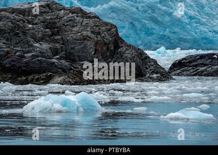 Iceburgs, dei pezzi di ghiaccio e lo stack del mare formazioni rocciose nella baia di Aialik dal ghiacciaio Aialik in Alaska è il Parco nazionale di Kenai Fjords. Colore blu per l'acqua e Foto Stock