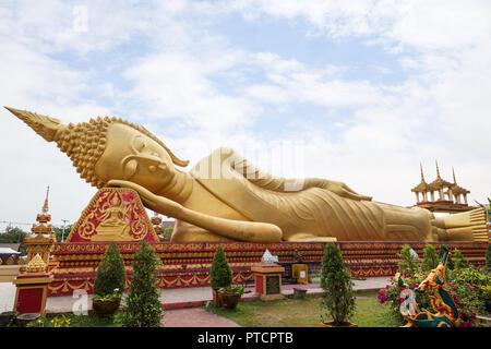 Grandi reclinabili dorato statua del Buddha al Wat That Luang Tai tempio di Vientiane, Laos. Foto Stock