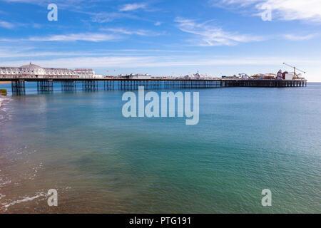 Il Brighton Pier, East Sussex, Inghilterra in una giornata di sole, il blu del mare e del cielo, il fuoco selettivo
