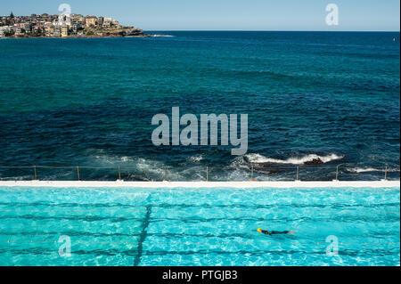 21.09.2018, Sydney, Nuovo Galles del Sud, Australia - un nuotatore è visto nuotare i suoi giri nella piscina del Bondi iceberg club di nuoto.