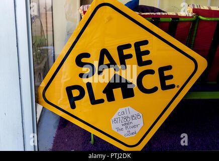 """JOHNSON CITY, TN, Stati Uniti d'America-9/30/18: un segno annunciare un """"luogo sicuro' si blocca in una vetrina di un negozio. Foto Stock"""