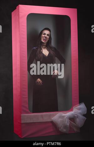 Scary vampiro donna in rosa bambola box Foto Stock