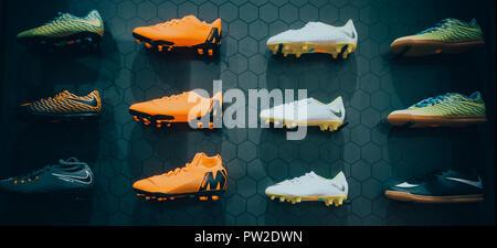 Scarpe Nike Football visualizzata su sfondo nero nel negozio di sport Foto  Stock 9abaf071f39
