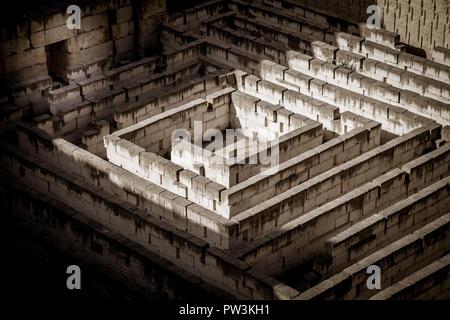 Il labirinto di pietra: concettuale per questione di libertà e di viaggio Foto Stock