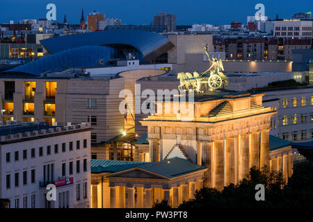 Berlino. Germania. Lo skyline di Berlino con la vista in elevazione della Porta di Brandeburgo (Brandenburger Tor) illuminata di notte, e gli edifici sulla Pariser Platz, Foto Stock