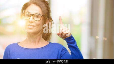 Medioevo donna che indossa un maglione di lana e i bicchieri sollevando il  dito c17412459775