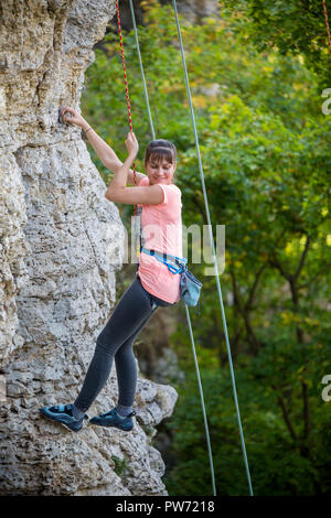 Foto di donna sport di montagna di arrampicata Foto Stock
