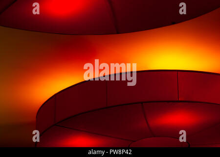Plafoniere Rosse : Plafoniera di luci rosse su sfondo scuro notte illuminazione