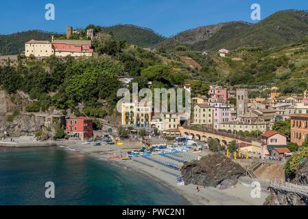 Bellissima vista del centro storico di Monterosso al Mare su una soleggiata giornata estiva, Cinque Terre Liguria, Italia Foto Stock