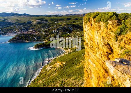 Vista incredibile di Cassis da Cap Canaille, una destinazione popolare per gli scalatori di roccia Foto Stock