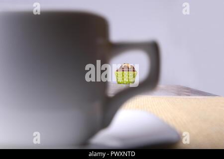 In casa scaglie di cioccolato muffin con caffè su sfondo di legno