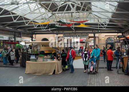 La gente la navigazione e lo shopping nel famoso mercato coperto a Greenwich Londra Inghilterra Regno Unito Regno Unito Foto Stock