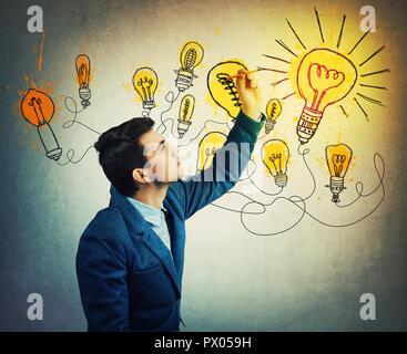 Imprenditore pensieroso disegno fantasioso luce splendente lampadine. Diverse aziende di pensare, genius creatività concetto, idea alternativa come il modo di Foto Stock