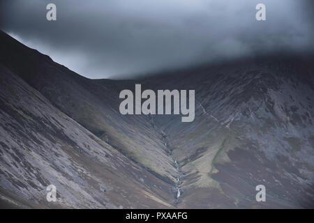 Meteo Uk.scuro, nuvole basse sulla montagna cresta in Cumbria,North West England.drammatica scena di paesaggio e le condizioni meteorologiche estreme.la nebbia in montagna. Foto Stock