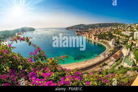 Vista panoramica di Villefranche sur Mer sulla Costa del paesaggio urbano di Nizza, Francia Foto Stock