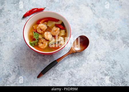 Tradizionale Tom Yum piccante zuppa tailandese con gamberetti Foto Stock