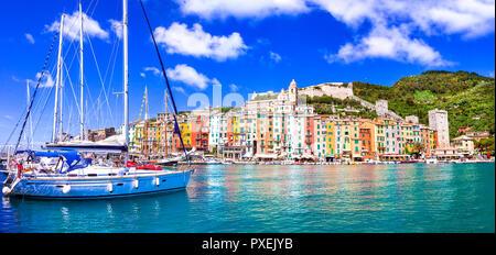 Bella Portovenere village,vista con case colorate barche,e,Mare Cinque Terre,Liguria, Italia. Foto Stock