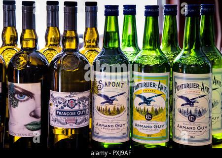 Bottiglie della distilleria di Absinthe Armand Guy a Portarlier, Francia