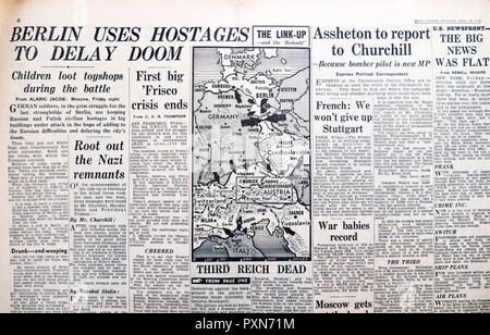 """""""Terzo Reich morti' e 'Berlin utilizza gli ostaggi di ritardo Doom' in Daily Express Seconda Guerra Mondiale giornale Aprile 28 1945 Archivio storico Inghilterra REGNO UNITO Foto Stock"""