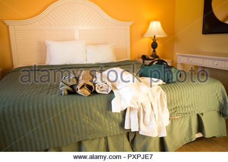 Mens vestiti su un letto in una camera di hotel pronto per essere imballato Foto Stock