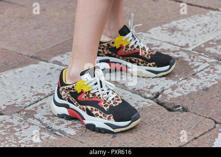Milano, Italia - 22 settembre 2018: la donna con le scarpe da ginnastica con pelle di leopardo pattern prima di Salvatore Ferragamo fashion show, la Settimana della Moda Milanese street st Foto Stock