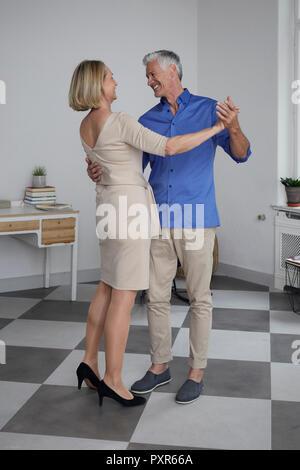 Felice Coppia matura dancing at home Foto Stock