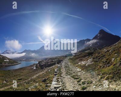 L'Italia, Lombardia, Passo Gavia, sentiero escursionistico e Lago Bianco Foto Stock
