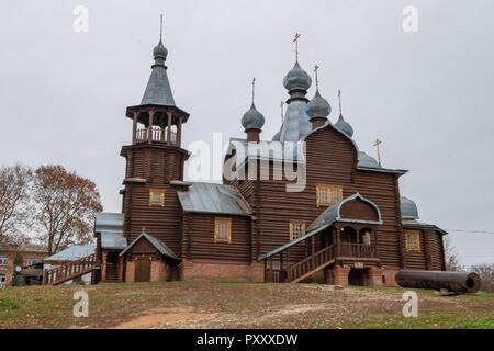 Le cupole in legno su di una antica chiesa. Regione di Kaluga Foto Stock