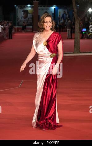Roma, Italia. 24 ottobre, 2018. Sigourney Weaver cammina il tappeto rosso durante il XIII Roma Film Fest presso Auditorium Parco della Musica il 24 ottobre 2018 a Roma, Italia. Credito: Geisler-Fotopress GmbH/Alamy Live News Foto Stock