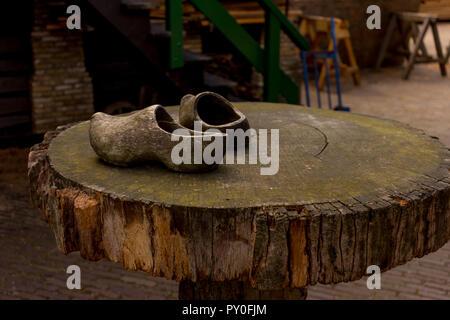 Paesi Bassi, Zaanse Schans, legno intasare le scarpe sulla parte superiore di una tavola di legno Foto Stock