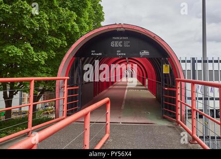La zona pedonale di ciclo e la passerella che conduce dal SEC attraverso il Clydeside Express Way a Glasgow, Scotland, Regno Unito Foto Stock