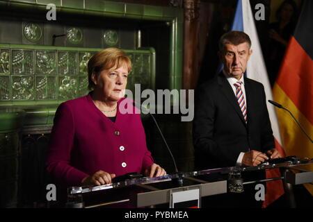 Praga, Repubblica Ceca. Il 26 ottobre 2018. Il cancelliere tedesco Angela Merkel e il primo ministro ceco Andrej Babis si è riunito il 26 ottobre 2018 a Praga. La riunione si è svolta in occasione del centesimo anniversario della fondazione della Cecoslovacchia. Tomas Tkacik / Alamy Live News