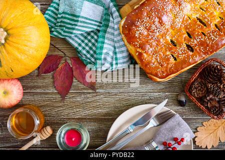 Torta squisita con cavolo e funghi di bosco su un sfondo di legno. La tabella viene servita in tema d'autunno. La vista dall'alto. Lay piatto. Foto Stock