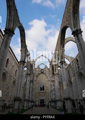 Bella Carmo convento a Lisboa, Portogallo. Il terremoto ha distrutto l'edificio e lasciato dietro di sé un bellissimo soffitto aperto della struttura. Foto Stock