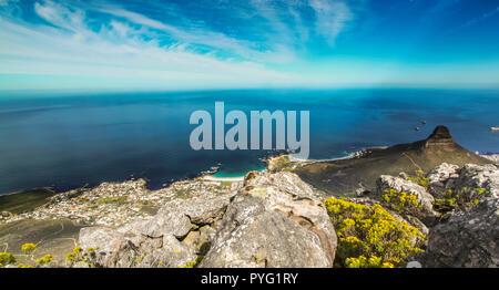 Vista dall'alto in basso dalla Montagna della Tavola guardando oltre l'Oceano Atlantico Foto Stock