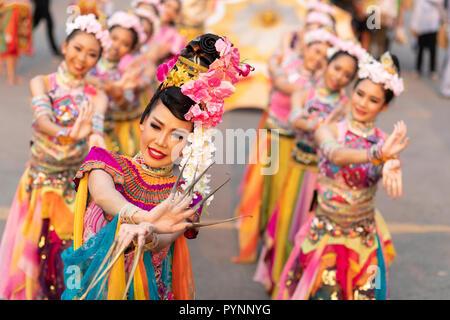 BANGKOK, Thailandia, 17 gennaio 2018 : gruppo di donne danzatori vestiti in abiti tradizionali durante uno spettacolo di danza presso la Thailandia turismo festival in th