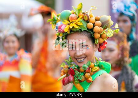 BANGKOK, Thailandia, 17 gennaio 2018 : Ritratto di un artista Allegra donna decorate con colorati frutti di plastica al turismo tailandese festival di t
