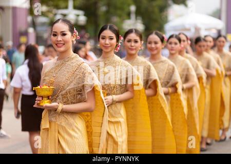 BANGKOK, Thailandia, 17 gennaio 2018 : gruppo di donne danzatori vestiti in abiti tradizionali sono in posa durante la Thailandia turismo festival presso la Lum