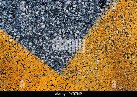 Asfalto con giallo marcatura stradale come sfondo astratto, vista dall'alto pattern Foto Stock