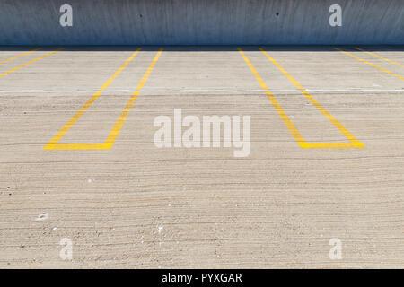 Vuoti spazi di parcheggio con linee gialle in un garage per il parcheggio. Foto Stock